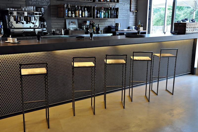 Proyecto bar taparazi el many construcciones met licas for Muebles para pub